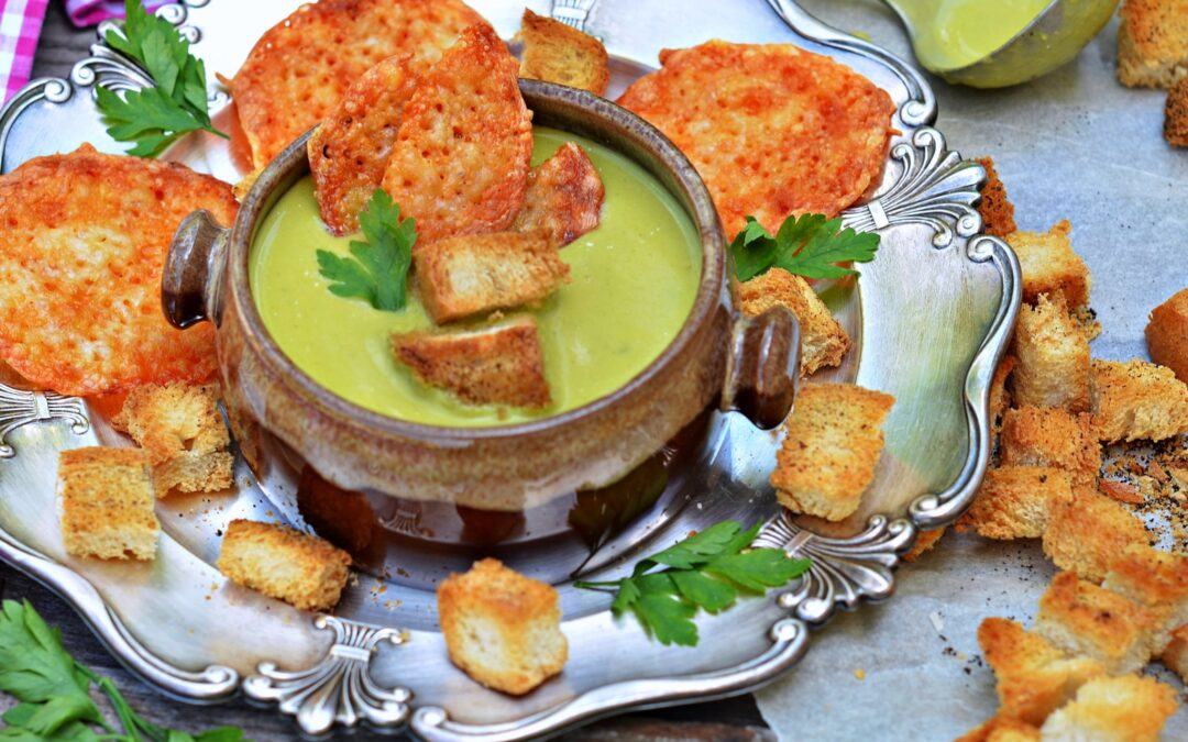 Nyárköszöntő zöldségkrémleves, sajt chips-el, bögrésen